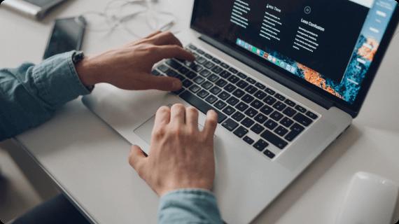 パソコンを操作するシーン