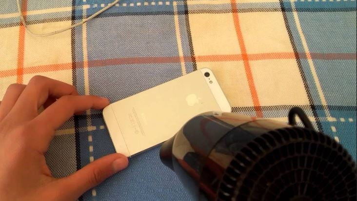 تسخين iPhone باستخدام مجفف شعر