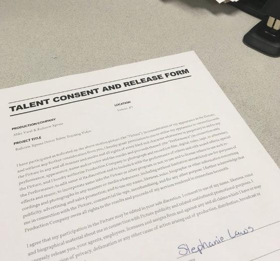 ein Darsteller-Vertrag unterschreiben