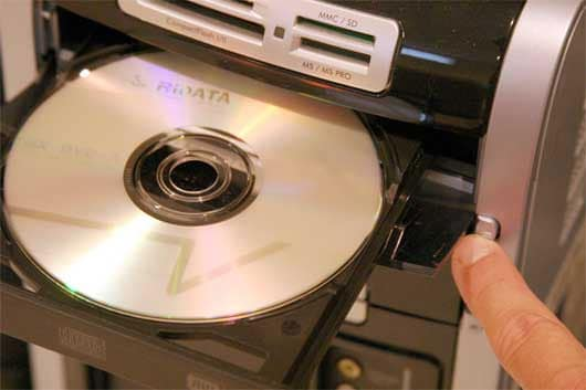 insert cd disc in the player