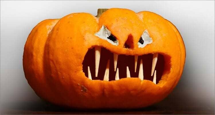 Ideen zum Schnitzen von Halloween-Kürbissen - Halloween-Kürbis mit Reißzähnen